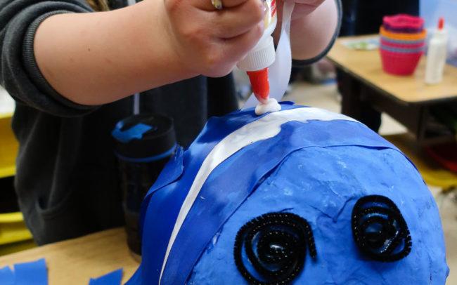 Initiation au papier mâché à l'aide de la création de marionnettes